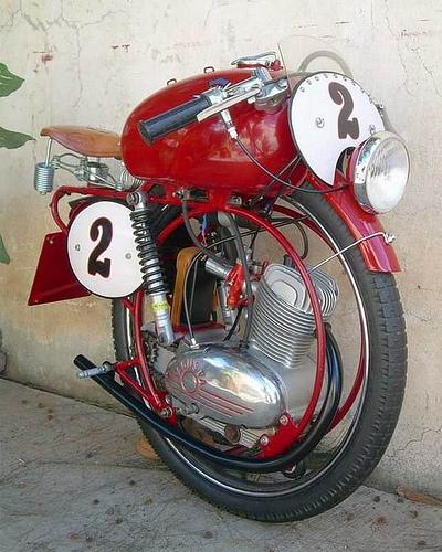 Una curiosa moto con una solarueda
